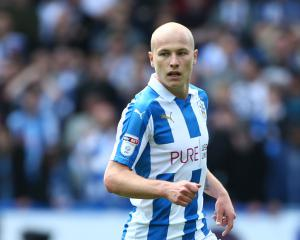 Huddersfield close to club-record deal for Manchester City's Aaron Mooy