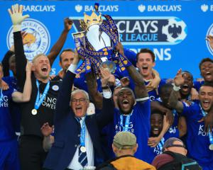 Shakespeare urges Leicester to move on after handing back Premier League trophy