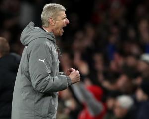 Arsene Wenger challenges Arsenal to gamble in top-four bid