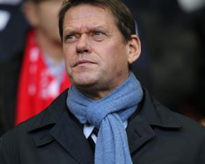 Arnesen appoints himself interim coach at Hamburg