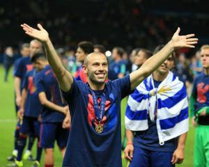 Javier Mascherano signs new Barcelona contract