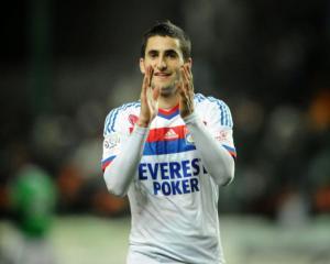 Lyon reject Napoli bid for Gonalons