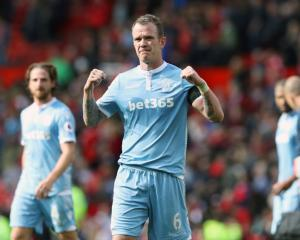 Glenn Whelan makes Aston Villa switch