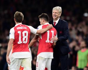 Mesut Ozil wants to know Arsene Wenger's future before committing to Arsenal