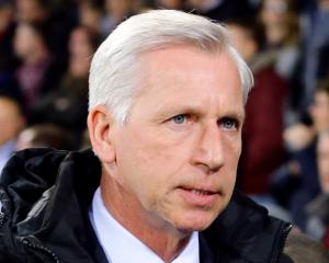 Alan Pardew vows to pick strong Crystal Palace side to face Manchester United