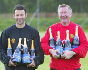 Sir Alex Ferguson: Time for Ryan Giggs to stand on own feet