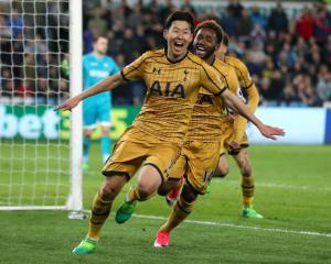 Dramatic late turnaround keeps Tottenham's title hopes alive