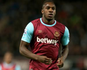 Michail Antonio extends West Ham stay until 2020