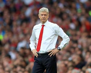 Arsene Wenger: Arsenal should focus on defeating Chelsea rather than my future