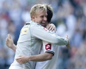 Gladbach on top, Dortmund win at the death
