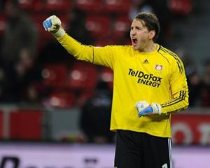 Adler switches to Hamburg from Leverkusen