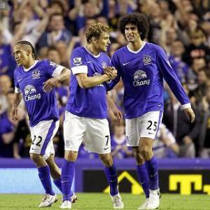 Fellaini stars as Everton beat United