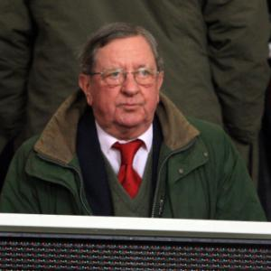 Arsenal chairman Peter Hill-Wood recovering from heart attack