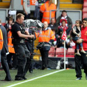 Suarez salutes fans on Anfield return