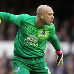 Everton goalkeeper Tim Howard breaks two bones in back