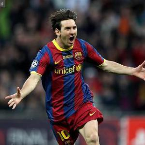 Messi hits 60-goal mark in Barcelona romp