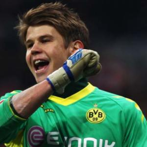 Langerak steps in as Dortmund hammer Hamburg