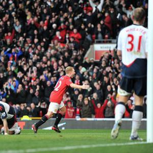Scholes on target as Man Utd keep pace