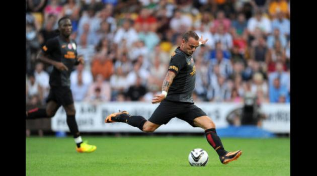 Moyes to target Sneijder to solve midfield problem