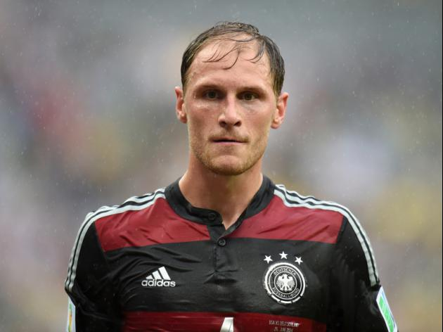 Weak link Hoewedes out to keep Messi quiet