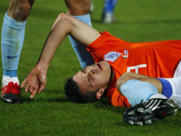 Arsenal suffer Van Persie injury blow