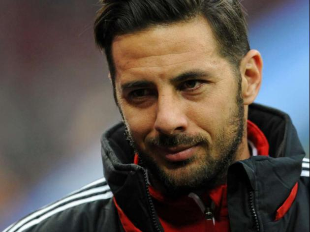 Veteran Peru hot-shot Pizarro extends Bayern deal