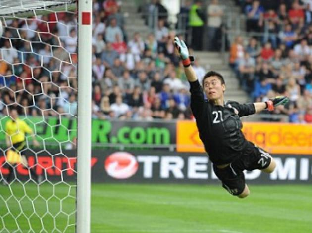 West Bromwich Albion eye move for Eiji Kawashima