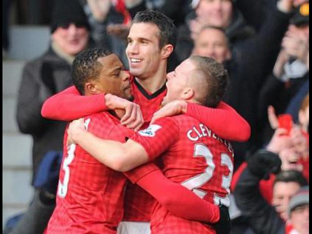 Van Persie helps United edge past Liverpool and take 10 point lead