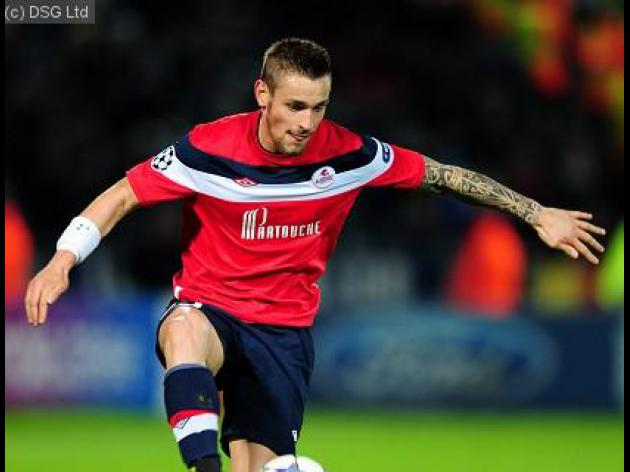 Newcastle close in on Debuchy