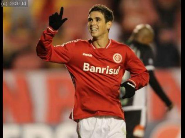 Internacional play hard ball over Oscar