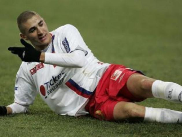 Manchester United and Real Madrid fight for Karim Benzema