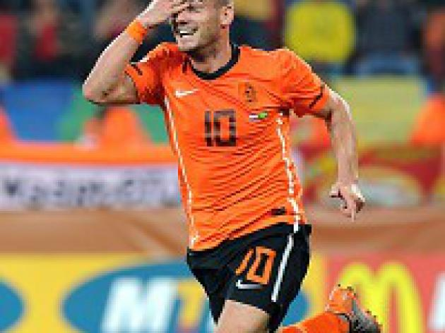 Sneijder sends Dutch through