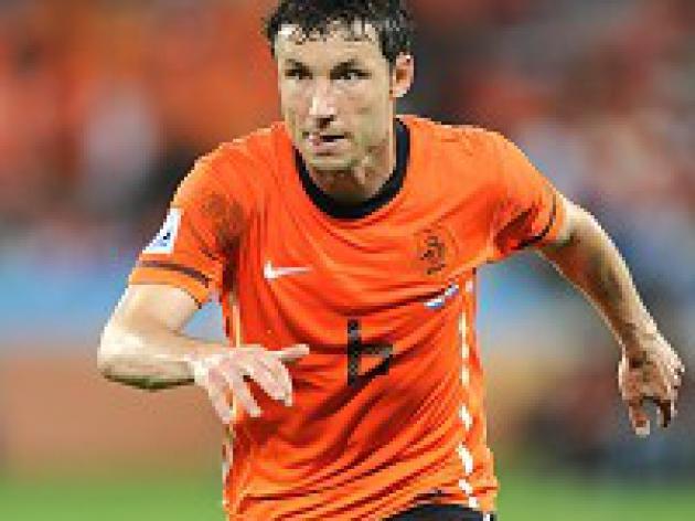 Van Marwijk defends Van Bommel