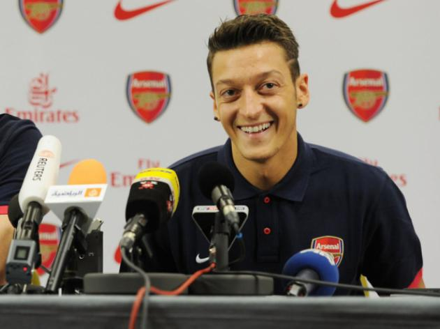 Ozil makes Arsenal debut at Sunderland