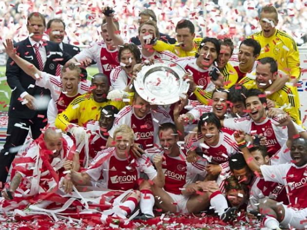 Manchester United target Maarten Stekelenburg drops Ajax's league title trophy under a bus