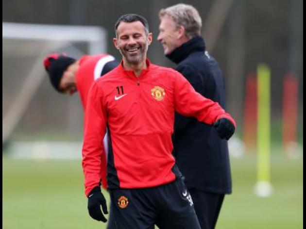 Moyes hails Giggs as a model pro