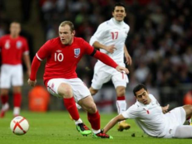 Roo silly boy! Fergie fumes as Rooney plays for England despite knee knock