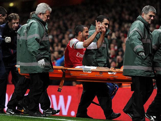 Wenger leaps to Walcott defence