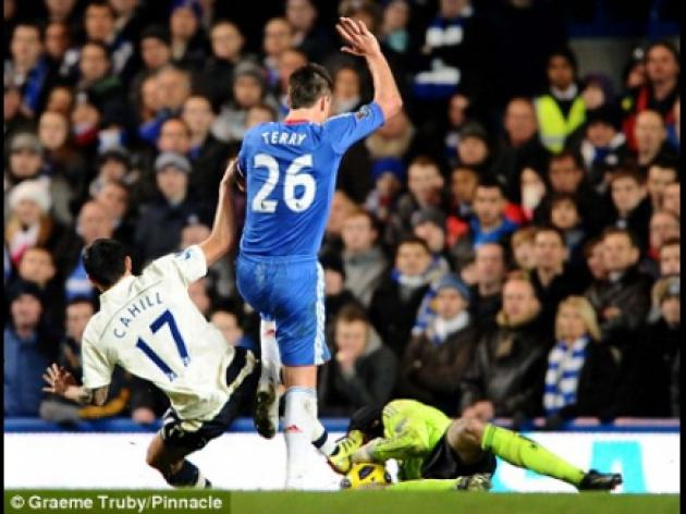 Everton manager David Moyes backing Tim Cahill after tackle leads to Petr Cech injury