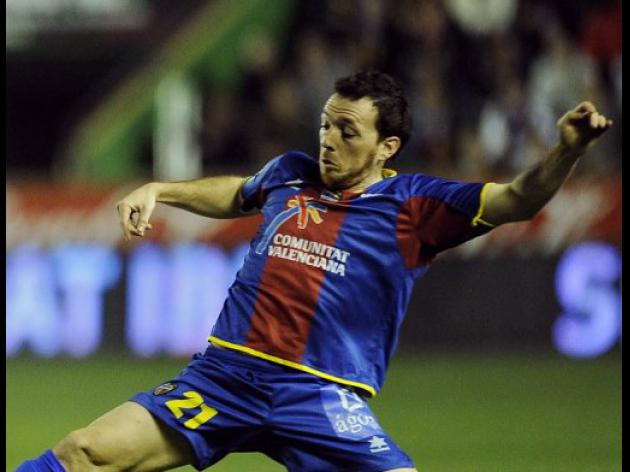 Levante go third against nine-man Espanyol