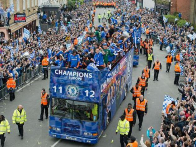 Tens of thousands greet victorious Chelsea team