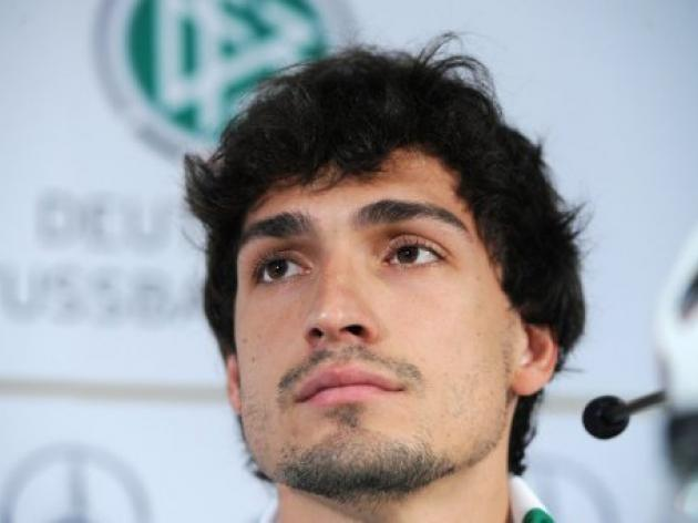 Hummels extends contract with Dortmund