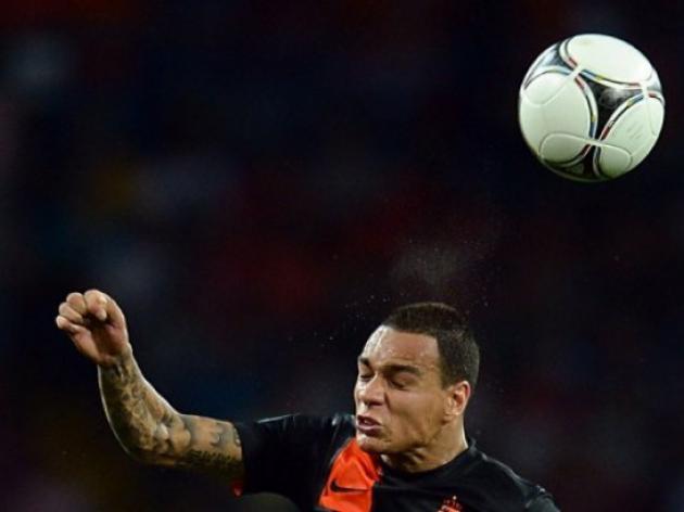 Ajaxs Van der Wiel to join PSG: Ancelotti