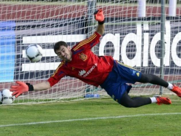 Im no mole, says Real keeper Casillas