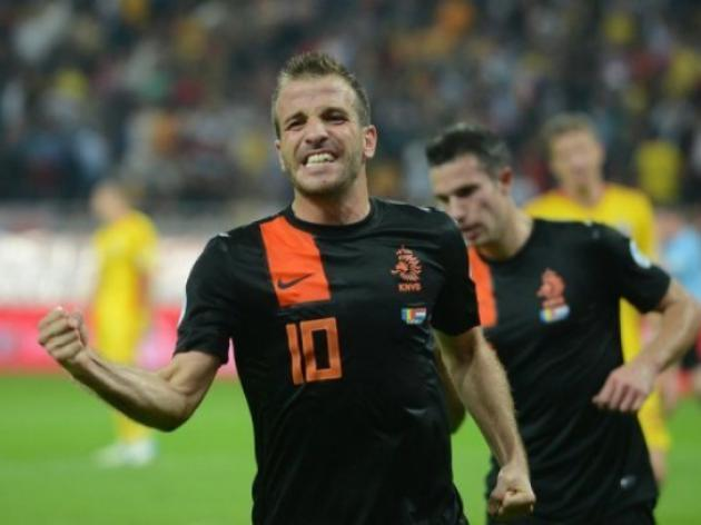 Hamburg wait on Van der Vaart fitness