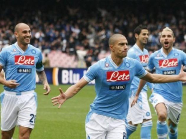 Napoli demolish Pescara to keep pace with Juve