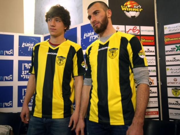 Israeli club unveil Muslim players after uproar