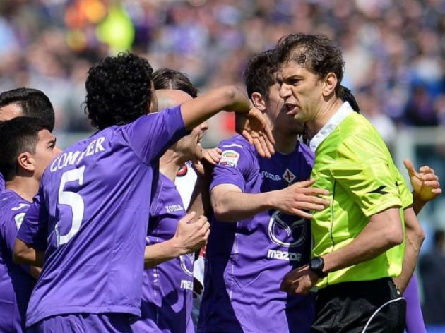 Ten-man Fiorentina hold Milan to 2-2 draw